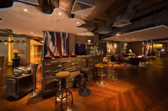 成都瑞吉会所,为了突显会所的奢华,在家具以及配饰的使用上,设计师大胆的运用传统、复古的牛皮HALO沙发,以及精致的木质家具,把整体空间调性调整的恰到好处,奢华而不沉闷,优雅而不古典......